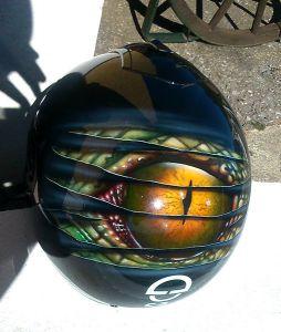 Helm mit Reptilienauge